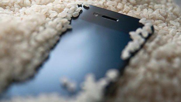 Cosa fare se lo smartphone cade in acqua