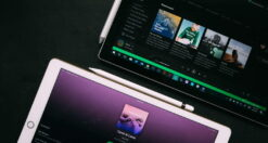 Foto di due dispositivi con cui è possibile caricare podcast su Spotify attraverso i vari servizi di streaming musicale.
