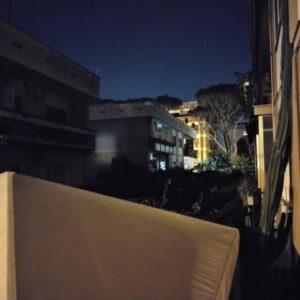 Scatto quasi al buio con fotocamera principale e modalità notte ON